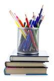 Mand met geïsoleerdee pennen en potloden Royalty-vrije Stock Foto