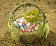 Mand met geschilderde eieren voor de vakantie van Pasen stock afbeelding