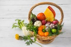 Mand met groenten die zich op een houten lijst bevinden Stock Afbeelding
