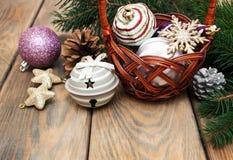 Mand met Kerstmissnuisterijen Stock Fotografie