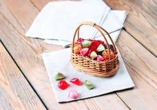 Mand met kleurrijk zoet suikergoed Stock Foto's