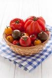 Mand met kleurrijke tomaten Royalty-vrije Stock Foto's