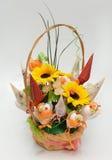 Mand met Met de hand gemaakte Bloemen voor Gift Stock Foto