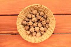 Mand met noten Stock Afbeelding