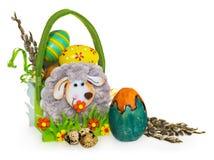 Mand met paaseieren en katjes Pasen-mand die van gevoeld wordt gemaakt Royalty-vrije Stock Afbeelding
