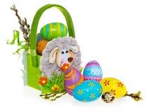 Mand met paaseieren en katjes Pasen-mand die van gevoeld wordt gemaakt Stock Foto's
