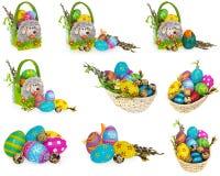 Mand met paaseieren en katjes Pasen-mand die van gevoeld wordt gemaakt Royalty-vrije Stock Foto's