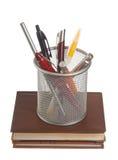 Mand met pennen en potloden Stock Foto's
