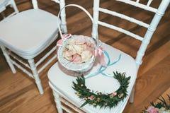 Mand met roze bloemblaadjes op witte stoel op huwelijksceremonie Royalty-vrije Stock Foto
