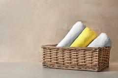 Mand met schone handdoeken stock afbeelding