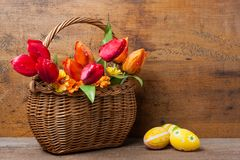 Mand met tulpen en eieren Stock Afbeeldingen