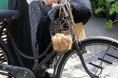mand met vele verse die eierenkip met een oude roestige bicy wordt geleverd Royalty-vrije Stock Foto's
