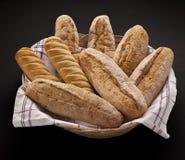 Mand met vers gebakken brood Royalty-vrije Stock Fotografie