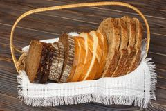 Mand met verschillend soort gesneden brood op houten achtergrond royalty-vrije stock afbeelding