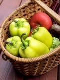 Mand met verse groenten Stock Afbeeldingen