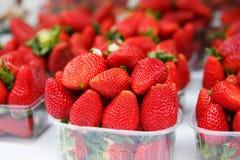 Mand met verse sappige aardbeien op landbouwersmarkt royalty-vrije stock afbeeldingen