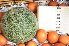 Mand om de kantaloep en de eieren op speciale dagen te zetten royalty-vrije stock afbeelding
