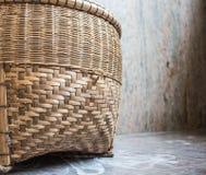 Mand van bamboe wordt op de marmeren vloer wordt geplaatst gemaakt die stock fotografie