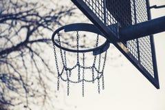 Mand van kettingen voor basketbal het spelen wordt gemaakt die stock fotografie