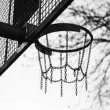 Mand van kettingen voor basketbal het spelen wordt gemaakt die stock foto's