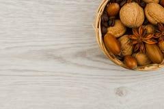 Mand van noten op een houten oppervlakte stock afbeeldingen