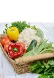 Mand van seizoengebonden groenten op houten lijst Stock Fotografie