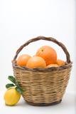 Mand van sinaasappelen en citroenen één Stock Foto's