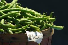 Mand van slabonen voor verkoop bij de landbouwersmarkt Royalty-vrije Stock Afbeelding