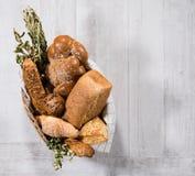Mand vers eigengemaakt brood stock fotografie