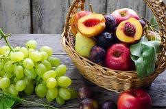 Mand verse organische vruchten royalty-vrije stock fotografie