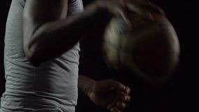 Mand voorwaartse druppelende bal, die vóór gelijke, gezonde levensstijl uitoefenen stock video