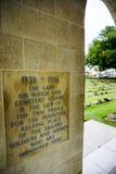 Manda un sms a quelli scritto sulla parete della guerra Cemeter di Kanchanaburi Fotografia Stock