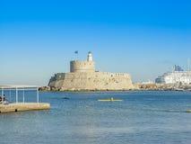 Mandaki schronienia port i fort St Nicholas w Rhodes zdjęcia stock