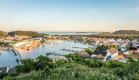 Mandal, mały miasto w południe Norwegia Widzieć od wzrosta z morzem i niebem w tle, fotografia stock