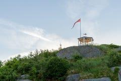 Mandal Norwegia, Czerwiec, - 2018: Uranienborg piękny punkt widzenia w Mandal, mały miasto w południe Norwegia dziewczyna fotografia stock