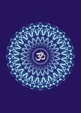 Mandala branca com o aum do símbolo em um fundo azul Fundo artístico fractal Gráficos de vetor Fotos de Stock