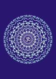 Mandala branca com o aum do símbolo em um fundo azul Símbolo espiritual Fundo artístico Gráficos de vetor Fotos de Stock