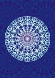 Mandala branca em um fundo azul Símbolo espiritual Fundo artístico Fotos de Stock Royalty Free