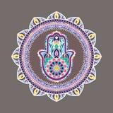 Mandala décoratif coloré avec une main de hamsa au milieu Photographie stock libre de droits