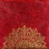 Mandala d'or sur le scintillement rouge Photographie stock libre de droits