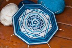 Mandala na drewnianej skewers szprych nicianej wełny różnych kolorach Zdjęcia Royalty Free