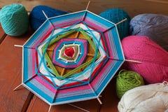Mandala na drewnianym skewers sneedlework, wełna, przędza Zdjęcie Royalty Free