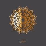 Mandala oriental de fleur ornementale d'or sur le fond gris de couleur Images libres de droits
