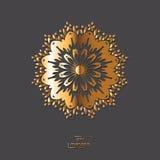 Mandala oriental de fleur ornementale d'or sur le fond gris de couleur Photo stock