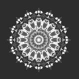 Mandala redonda blanca en el fondo negro, abstracto Fotos de archivo