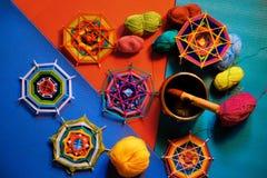 Mandala tricoté, fil, cuvette tibétaine de chant sur le fond lumineux photo stock