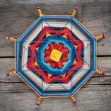 Mandala tricoté sur la planche en bois Image libre de droits