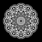 Mandala wit ornament dat op zwarte achtergrond wordt geïsoleerd Stock Foto's