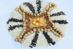 Mandala zboża, adra i ziarna, Bezpłatny pojęcie Kukurudza, chickpea, amarant, soczewicy, ryż, chia zdrowa żywność Odgórny widok zdjęcie stock
