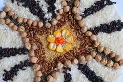 Mandala zboża, adra i ziarna, Bezpłatny pojęcie Kukurudza, chickpea, amarant, soczewicy, ryż, chia zdrowa żywność Odgórny widok zdjęcia royalty free